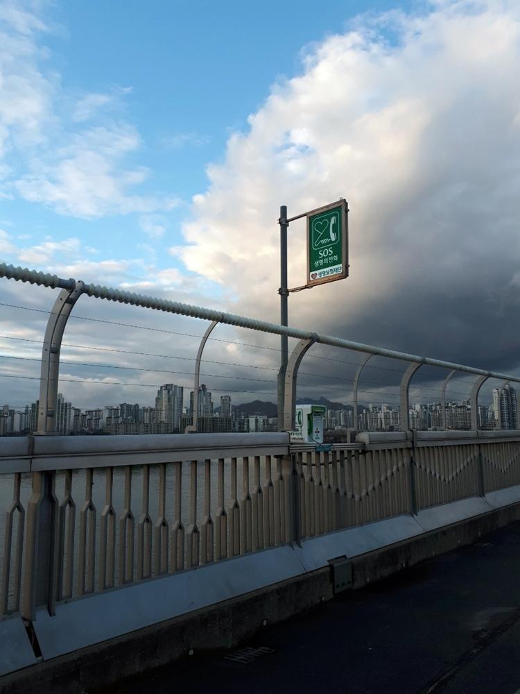 首爾漢江麻浦大橋上的SOS電話