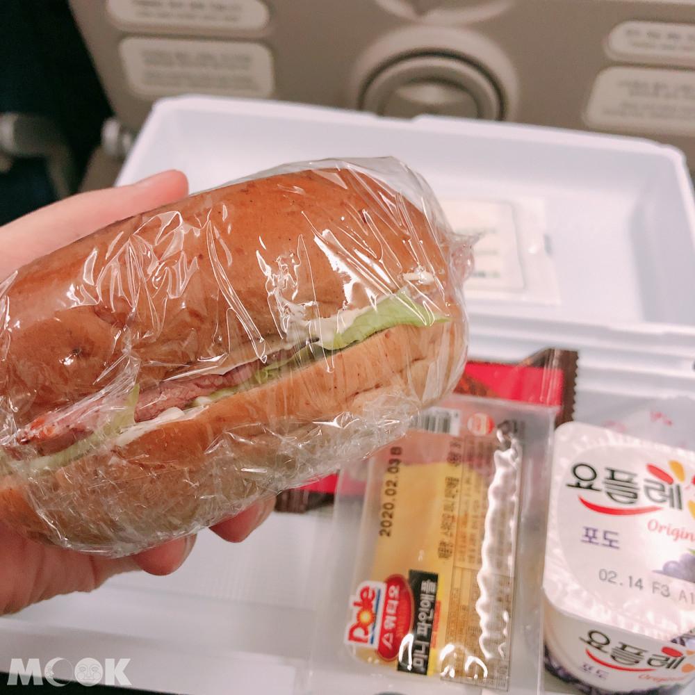 三明治如果有生菜的話要注意不能帶下飛機喔