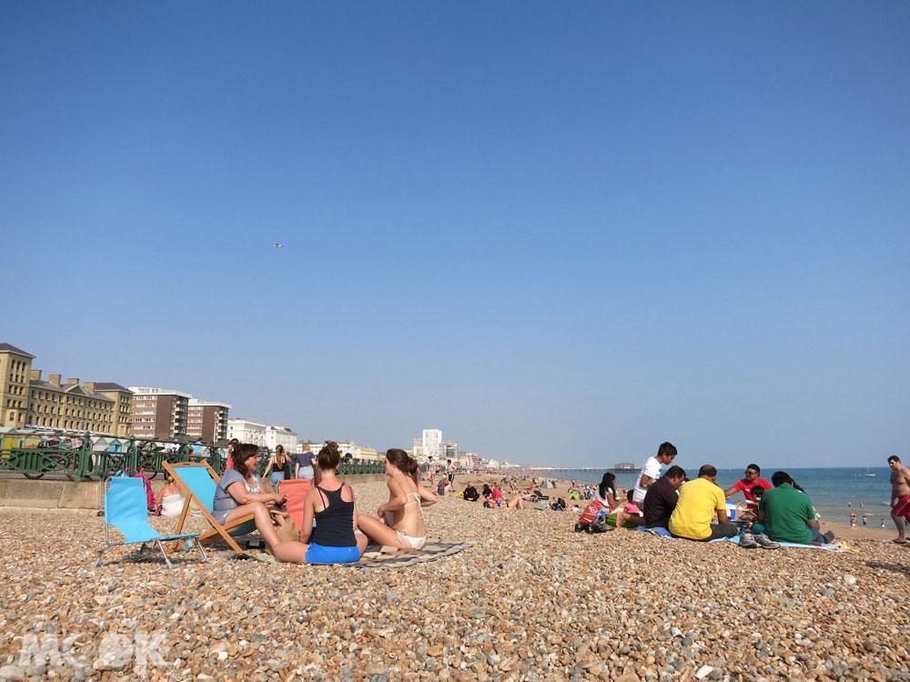 Brighton布萊頓海灘每到夏天會擠滿來自英國各地的遊客。