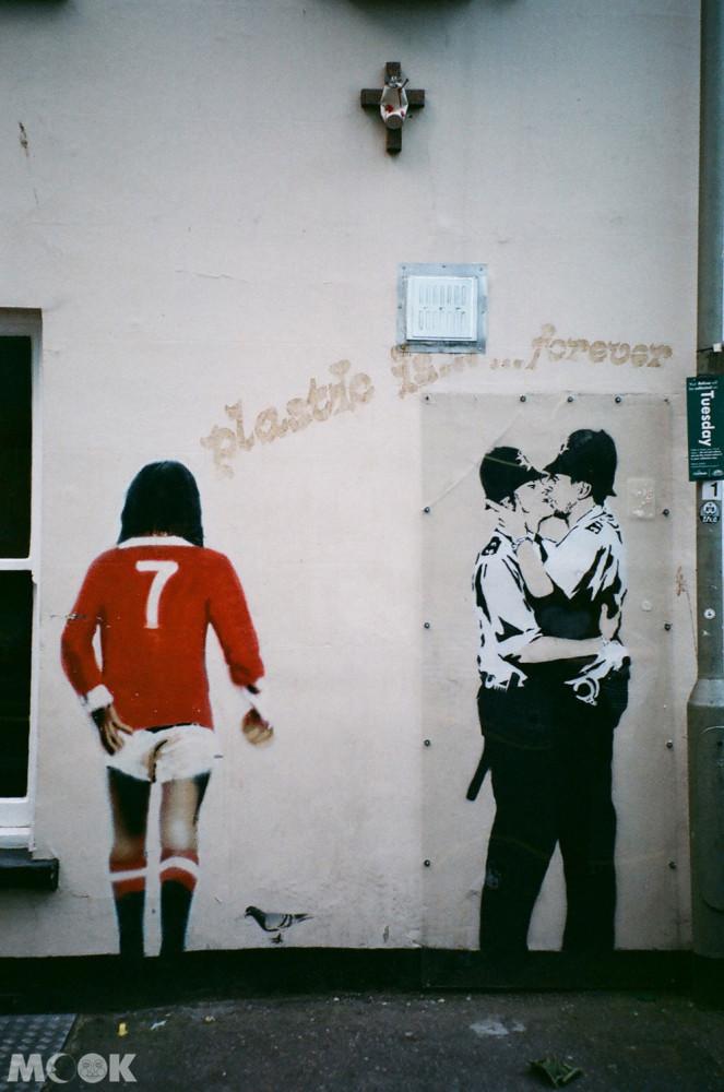 英國Brighton布萊頓的班克西塗鴉 接吻的警察Kissing Coppers