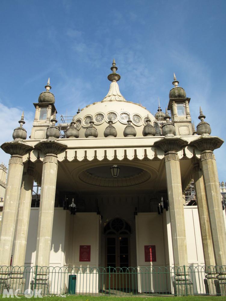 這座皇宮名為皇家行宮(Royal Pavilion),是布萊頓最具特色的景點之一,原為度假農舍,後由喬治四世委任知名建築師約翰·納西(John Nash)重新設計改建成皇宮。