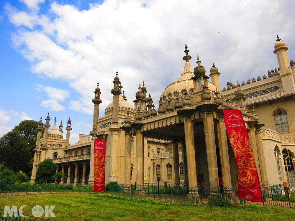 皇宮名為皇家行宮(Royal Pavilion),是布萊頓最具特色的景點之一,原為度假農舍,後由喬治四世委任知名建築師約翰·納西(John Nash)重新設計改建成皇宮。