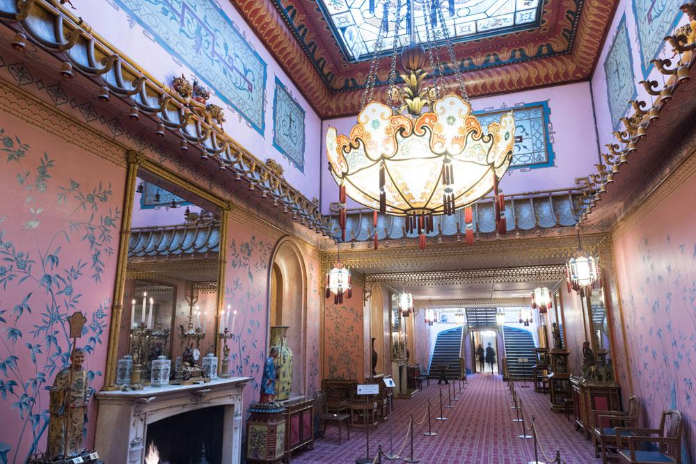 通過入口大廳之後,會先看到長廊(The Long Gallery),長廊的主色為亮麗的藍和粉紅,兩旁擺著中國風的陶瓷人偶,充滿熱鬧氣氛。