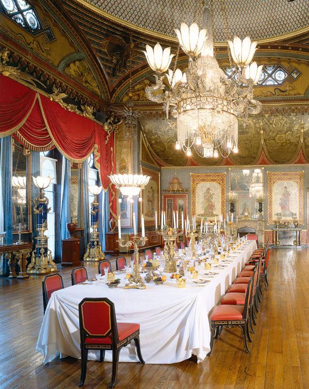 走過長廊會到宴會廳(The Banqueting Room),宴會廳的天花板中央高掛一隻火龍下方銜接著巨型水晶吊燈,廳內四周有多幅中國仕女和小孩的壁畫。