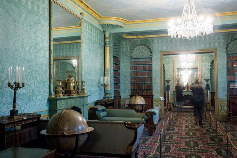 最後來到國王套房(The King's Apartments),由於喬治四世當時患有痛風而且有體重過重的健康問題,因此寢室是在一樓而不是在二樓,有別於其他閃亮耀眼的區域,寢室是以寧靜幽雅的色調,雖然如