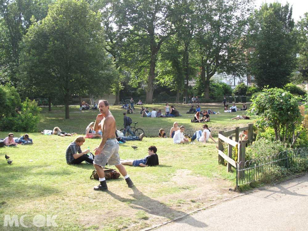 好天氣的時候可以看到很多人坐在草地上閱讀、發呆或是日光浴,而這座花園的來歷也不小,是英格蘭少數被完整重建的攝政花園其中之一。
