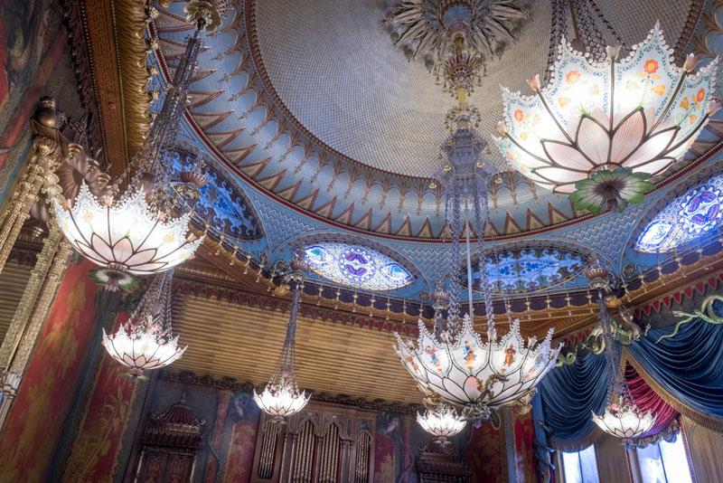 旁邊的音樂廳(The Music Room)則是使用了蓮花造型燈飾,搭配藍色的緞面絲綢,十分耀眼。
