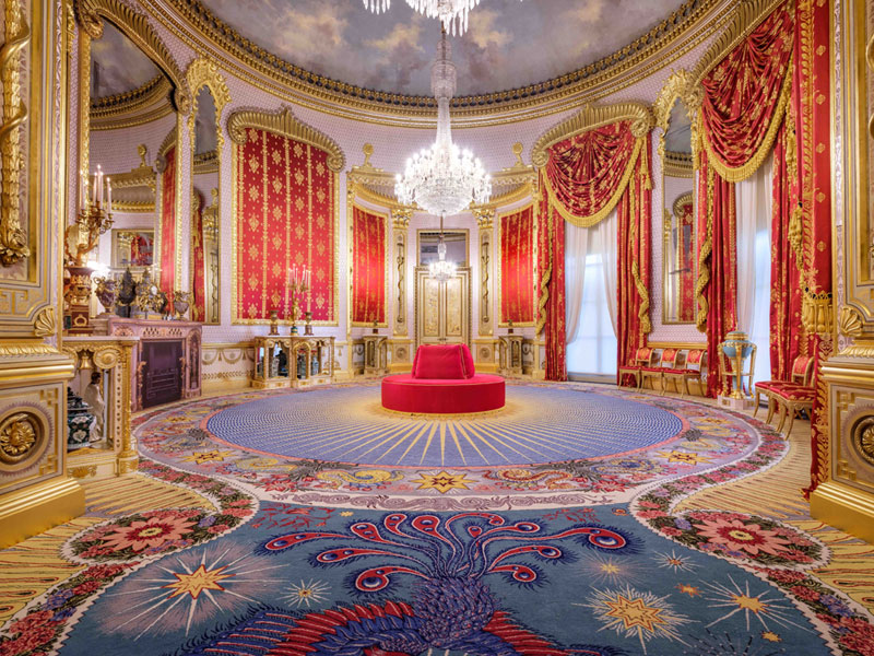 往回走可以通往到大廳(Saloon),紅色配上金色的華麗絲綢,加上鳳凰圖騰的地毯,顯得格外金碧輝煌。