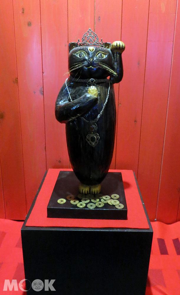 招財貓美術館(招き猫美術館)立姿的黑色招財貓