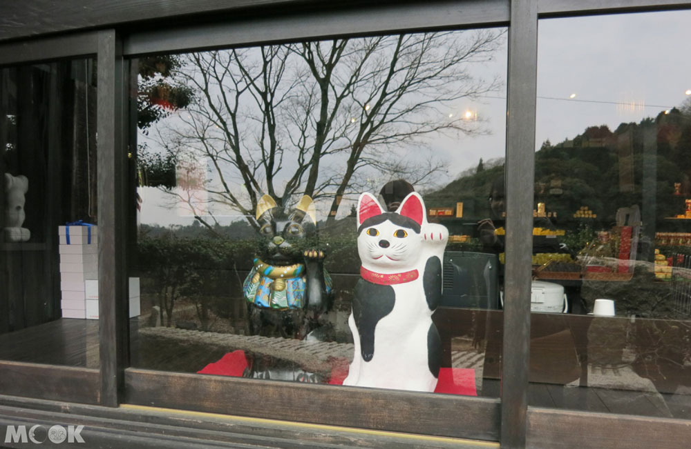 招財貓美術館(招き猫美術館)面向窗外的可愛招財貓