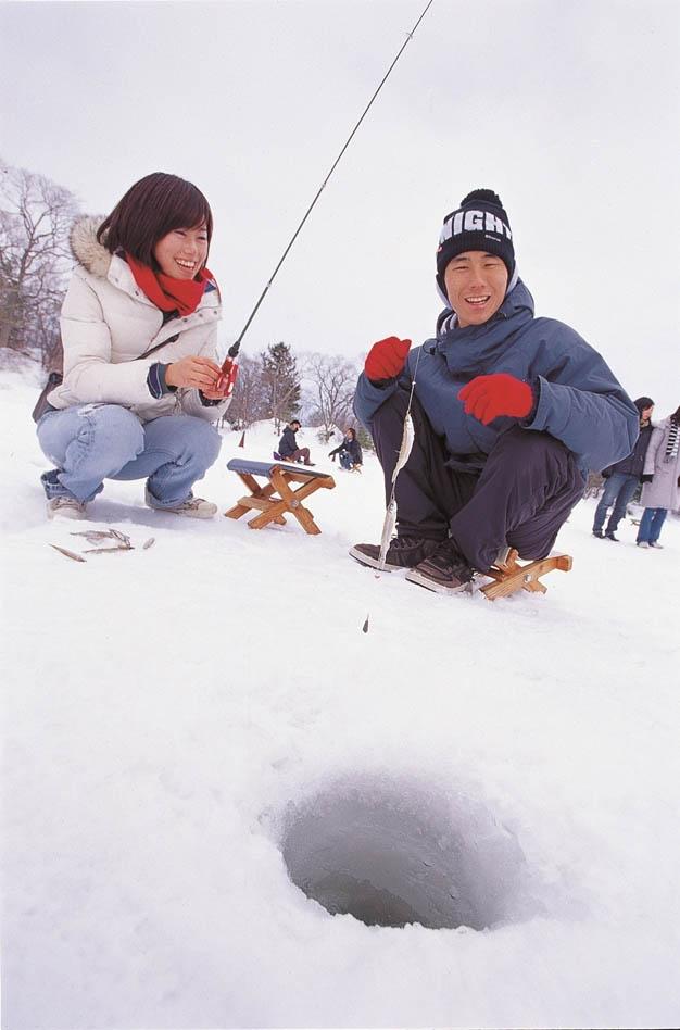 北海道阿寒湖冬天的冰上垂釣ワカサギ釣り