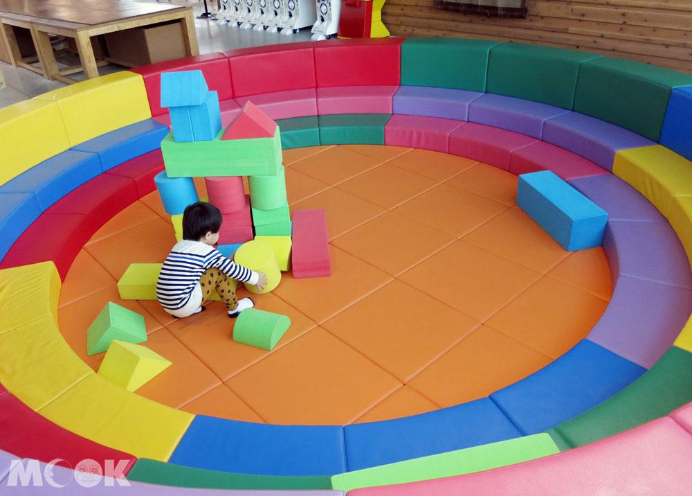 北海道七飯町的道の駅なないろ・ななえ(七色・七飯休息站) 兒童遊戲區