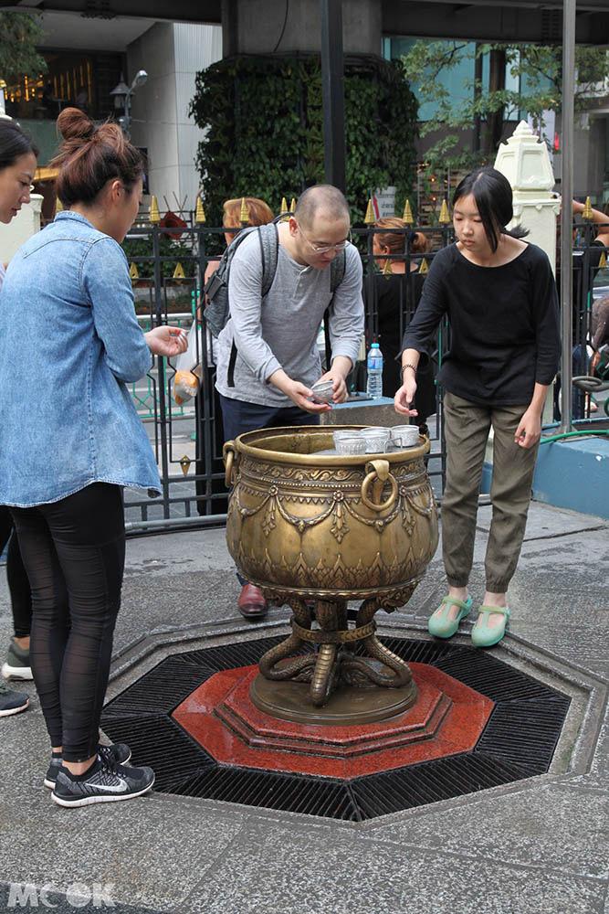 四面佛廣場內灑水祈福