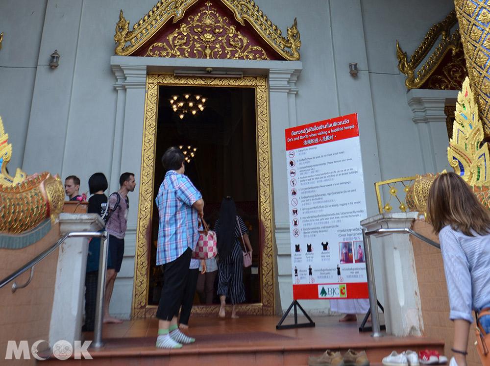 泰國 清邁 古城 寺廟 泰國寺廟 帕邢寺 門口 參觀須知 脫鞋