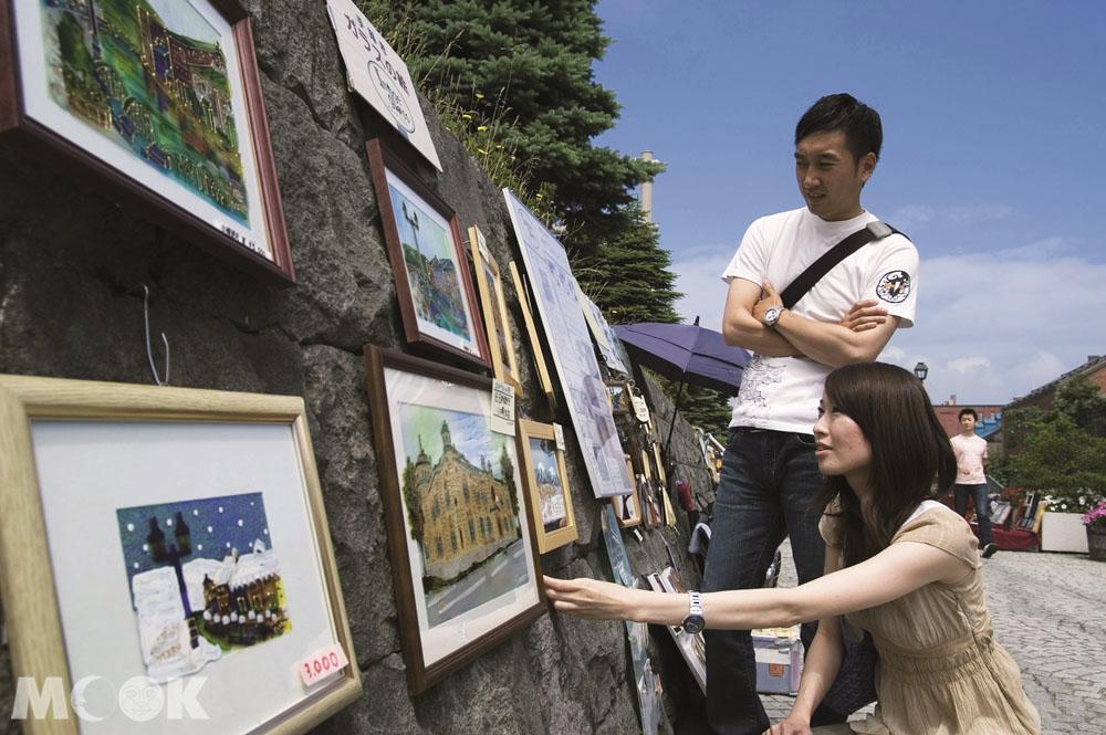 北海道小樽運河旁的街頭藝術家