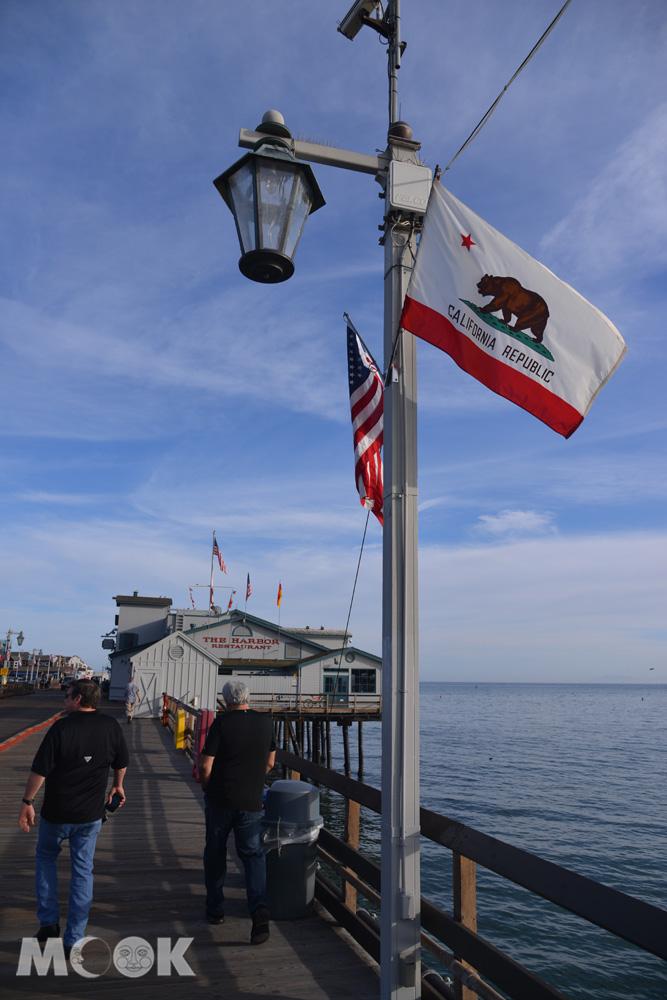 聖塔芭芭拉史登碼頭上的加利福尼亞州州旗