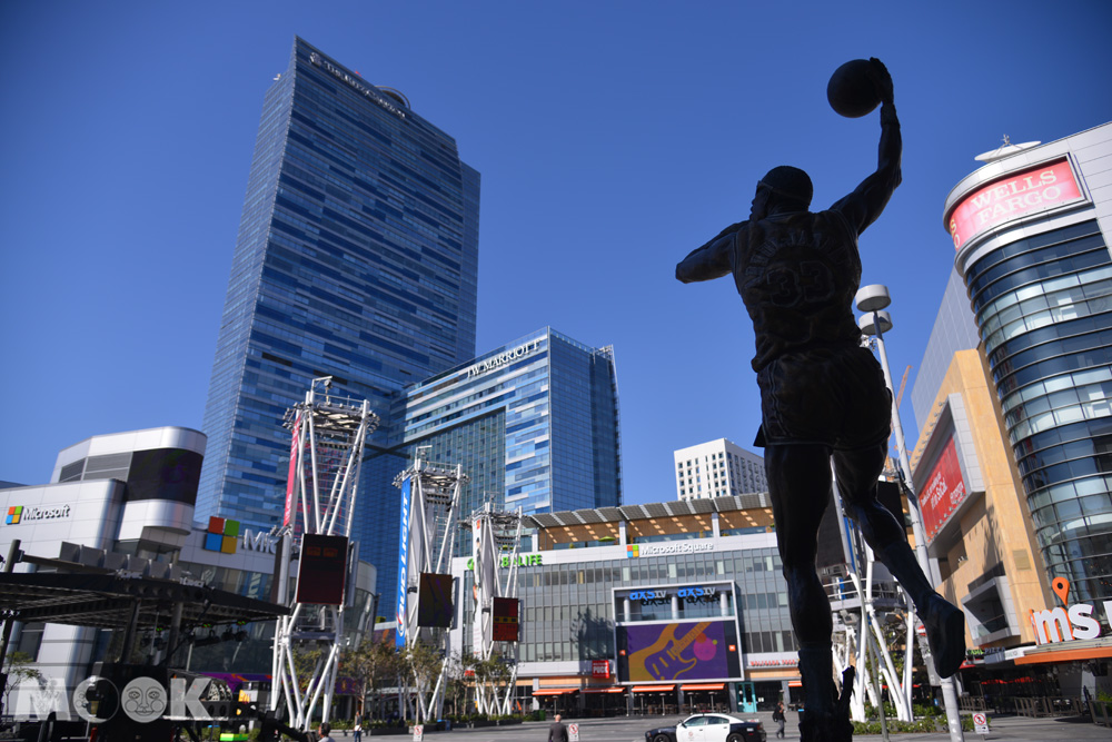 洛杉磯活力洛城內史坦波中心前的賈霸銅像