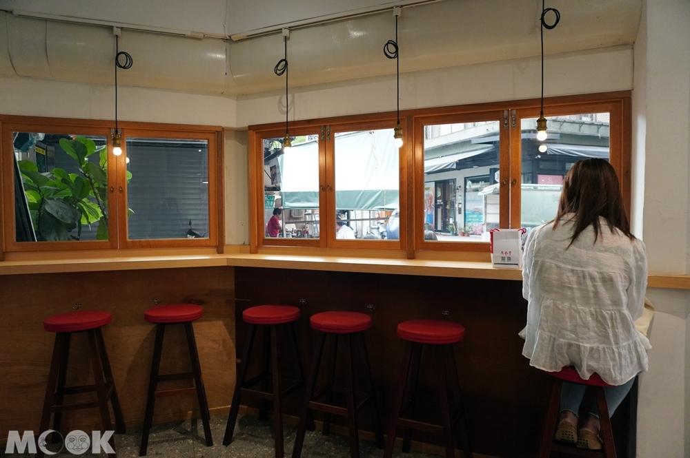 台灣台北市 中正區 東門站 金雞母刨冰甜品專門店 店內窗邊座位區