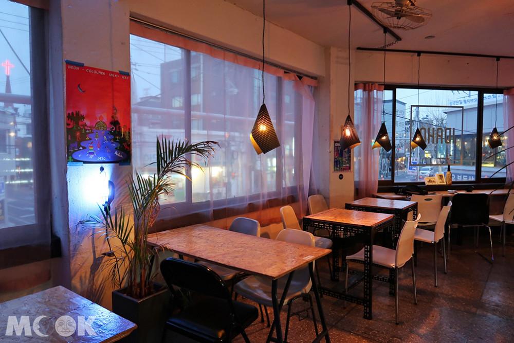 Cafe IDAHO內可以看到窗外的街景