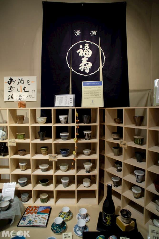 賣場有許多酒器、食器、酒袋等的日式雜貨