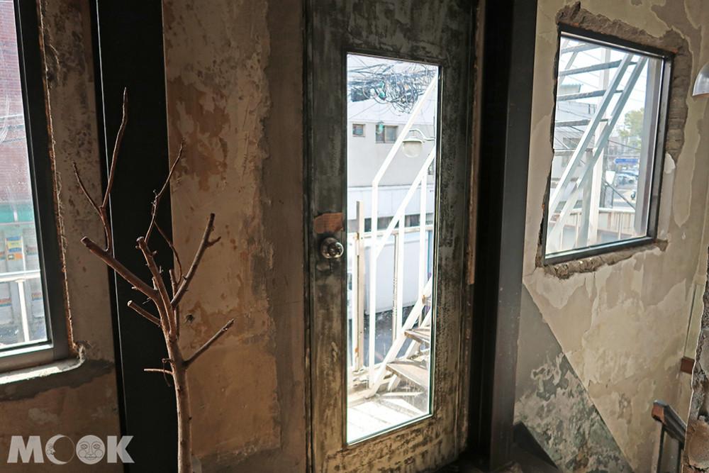 聖水洞REDO ELEPHANT二樓樓梯旁的門