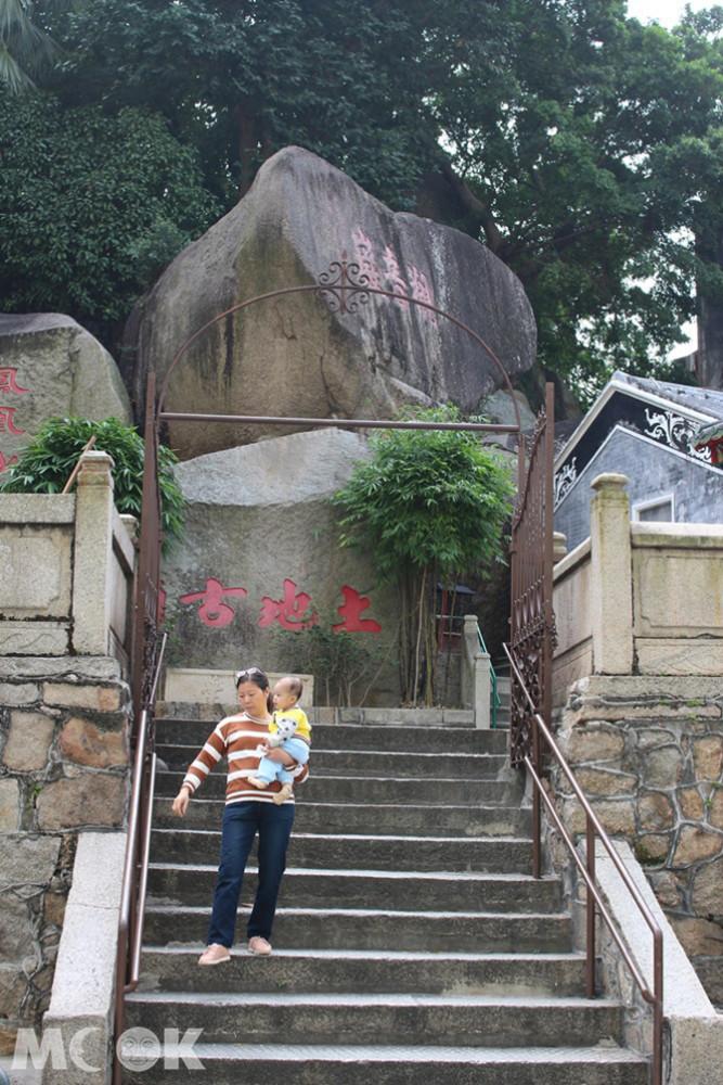 沙梨頭更館土地古廟外的巨石