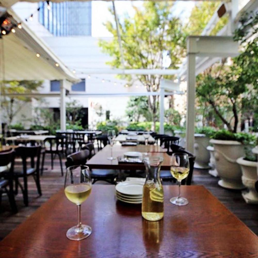 Bar & Bistro 64樓上用餐空間採半開放式露臺設計
