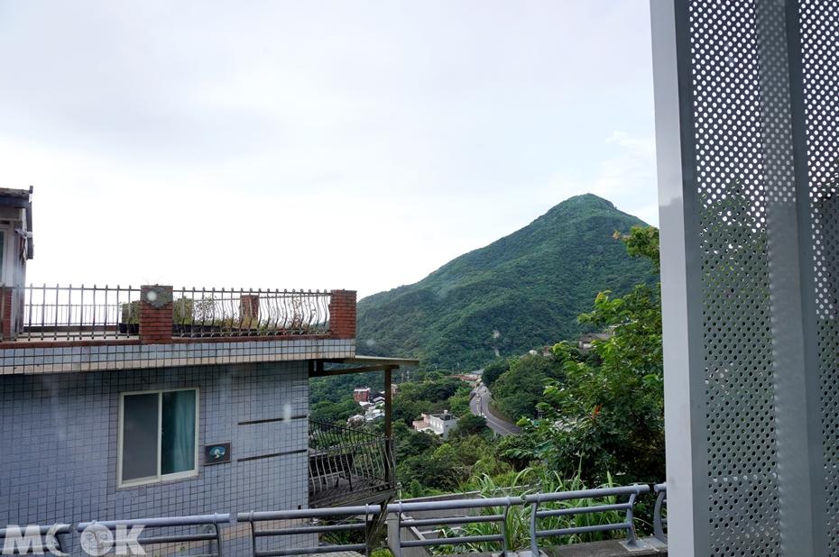 台灣新北市 瑞芳區 野事草店 窗邊座位遠眺山景