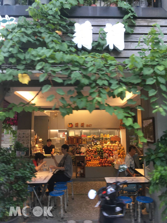 莉莉水果店門口