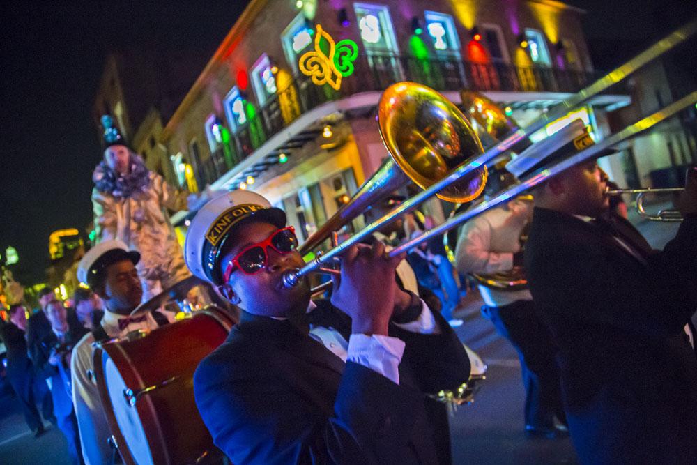 紐奧良法國區的銅管樂隊巡街演奏