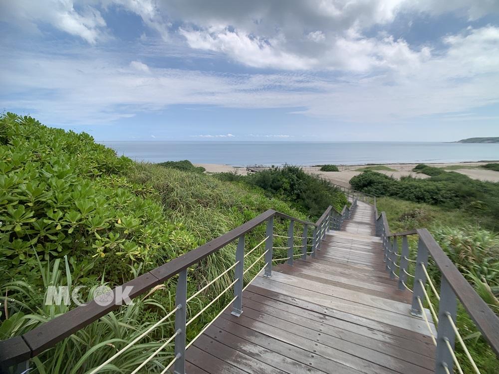 沙灘上的木棧道