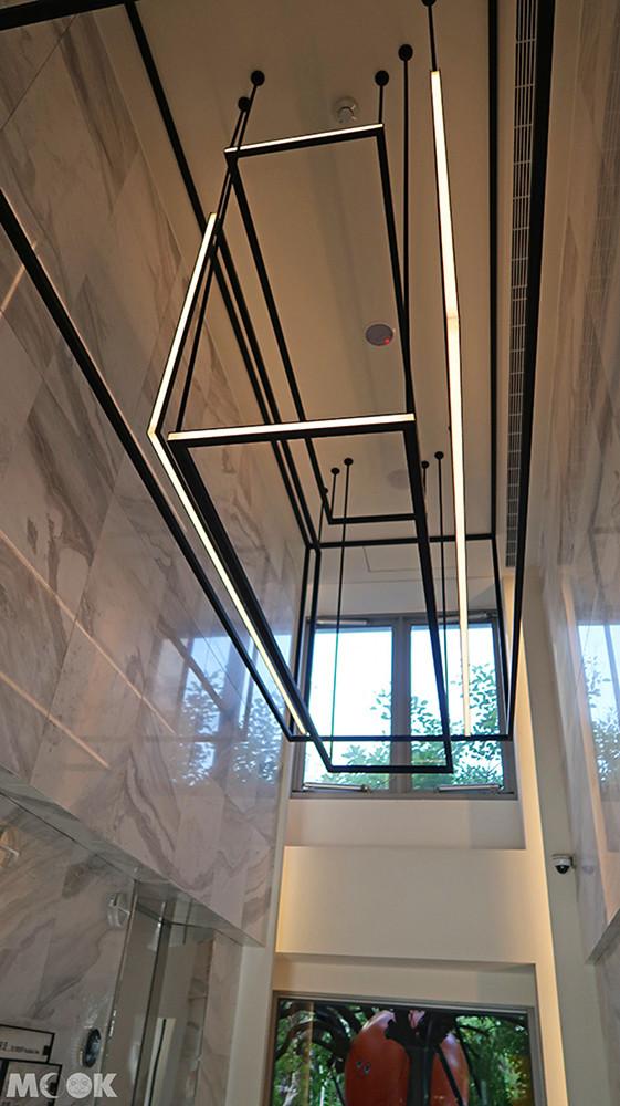 大理石元素搭配用黑色鐵件結合的燈束光源,充滿設計感和美學內涵!