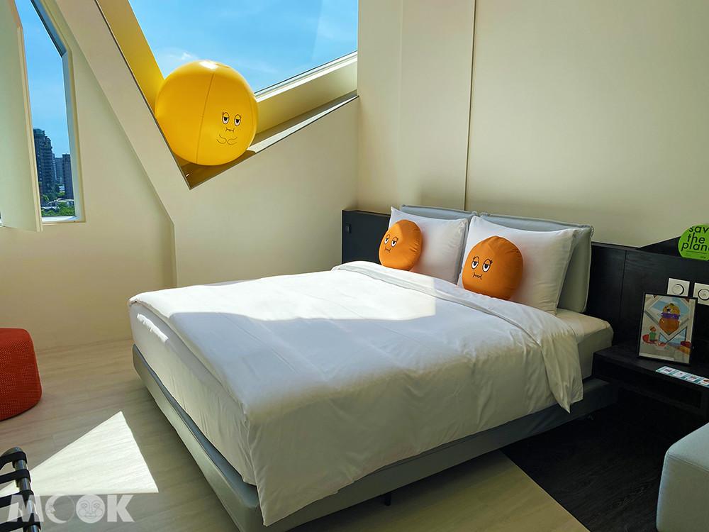 巨大的「阿梨」和床頭的「阿尼」抱枕