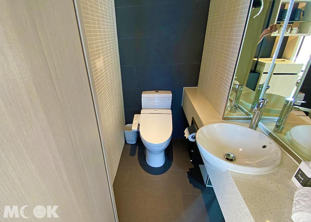 廁所馬桶採用免治馬桶,十分貼心周到。