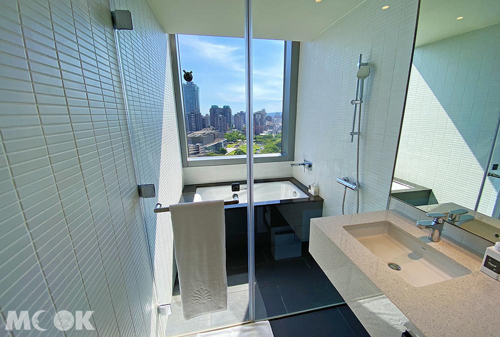 室是採乾濕分離,眼前就是大片的玻璃窗設計。