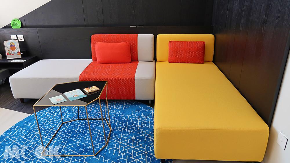 沙發床配色鮮明,與房間單純的白色系呈現對比效果。