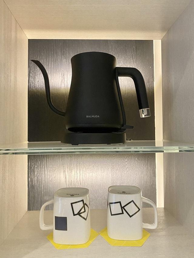百慕達BALMUDA手沖壺和飯店自己設計的馬克杯