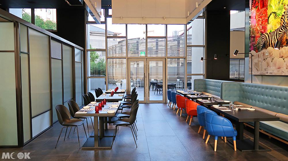 餐廳以斑馬獨有的黑白兩色畫出自然的對比空間界線,兩側還有大面落地窗景。