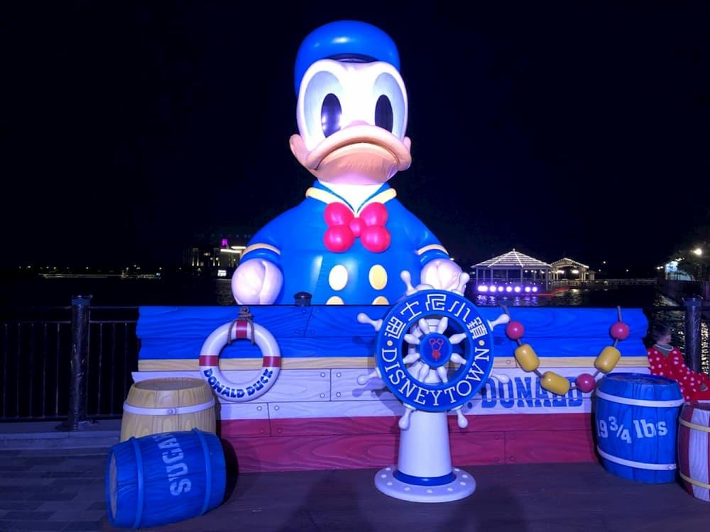 上海迪士尼小鎮巨型唐老鴨